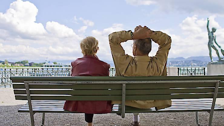 Rentnerinnen und Rentner erhalten nächstes Jahr nicht mehr AHV. Aus Sicht des Bundesrat rechtfertigen die negative Teuerung und die schwache Lohnentwicklung keine Erhöhung. (Archivbild)