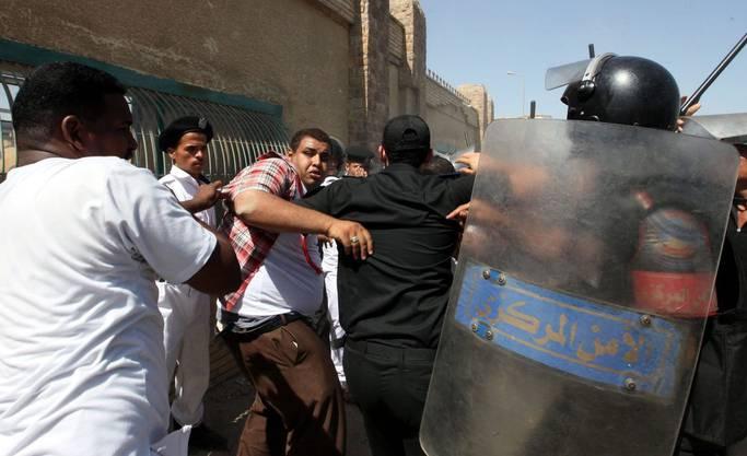 Polizisten drängen Mubarak-Anhänger zurück