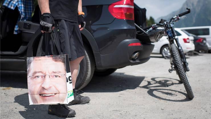 SVP-Nationalrat Heinz Brand im Juli 2015, in der Hand eine Tragtasche mit dem Aufdruck seines Gesichts.Gian Ehrenzeller/Keystone