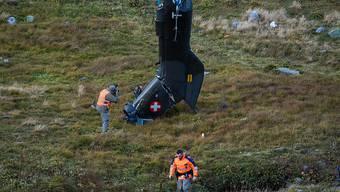 Die beiden Piloten kamen ums Leben: Fotografen der Schweizer Armee lichten am Mittwoch das Wrack ab.