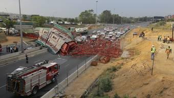 In Südafrikas Wirtschaftsmetropole Johannesburg ist eine Fussgängerbrücke über einer Autobahn eingestürzt. Mindestens zwei Menschen kamen ums Leben, 23 weitere wurden teils schwer verletzt.