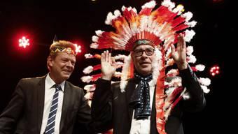 Der abtretende Berner Stadtpräsident Alexander Tschäppät erhielt von seinem Gemeinderatskollegen Reto Nause bei der Verabschiedungsfeier einen Indianerkopfschmuck.