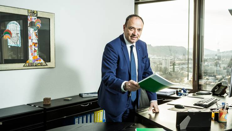 Mit einem Glanzresultat von 61'890 Stimmen wurde der Wettinger CVP-Politiker Markus Dieth vom Aargauer Stimmvolk im ersten Wahlgang zum neuen Regierungsrat gewählt. Am 1. Januar 2017 trat er die Nachfolge von Roland Brogli als neuer Vorsteher des Departements Finanzen und Ressourcen an. Gleich als erste Amtshandlung musste Dieth das schlechteste Jahresergebnis des Kantons Aargau seit Menschengedenken präsentieren: ein Defizit von 105 Millionen Franken.