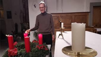 Noch ein letztes Mal steht Pfarrer Grüter vor «seinem» Altar und entzündet die Adventskerzen.
