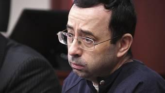 Larry Nassar hört sich die Ausführungen der Richterin an