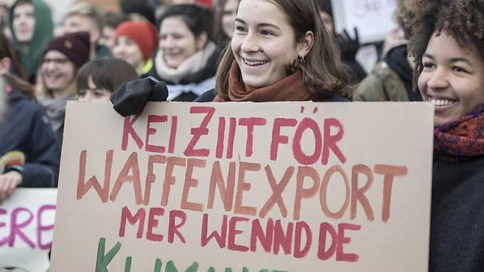 Für das Klima demonstrierende Schülerinnen in Luzern schlagen eine Verbindung zwischen Waffenexporten und Klimanotstand.