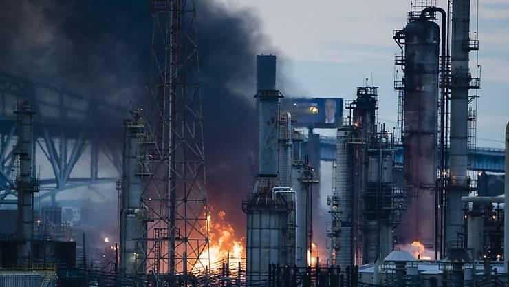 Bei einem Brand in einer Raffinerie in den USA am Freitag sind laut den örtlichen Gesundheitsbehörden keine Giftgase ausgetreten.