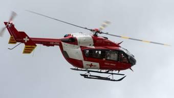 Ein Helikopter der Rega im Einsatz (Symbolbild)