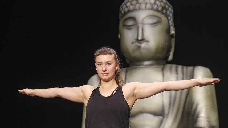 Yoga und Kritik – Johanna Heusser vereint in ihrem Stück diese Widersprüche.