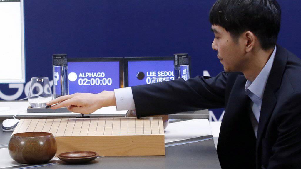 Lee Sedol setzt den ersten Stein der letzten Go-Partie gegen die Google-Software AlphaGo. Am Ende musste sich der Spitzenspieler dem Computer auch hier geschlagen geben