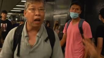 Die Demonstranten blockieren etwa Eingänge zur U-Bahn und hindern die Passanten am Einsteigen.