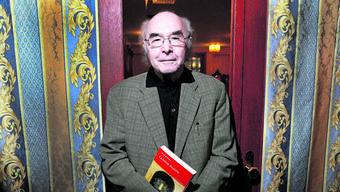 Yitzchak Mayer mit seinem Buch «La lettre muette» (deutsch: «Der stumme Brief»).