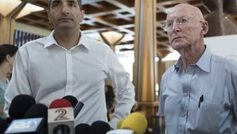 Klinikchef Izchak Kreiss (links) und Leibarzt Rafi Walden informieren über den Gesundheitszustand von Israels Ex-Präsident Schimon Peres.