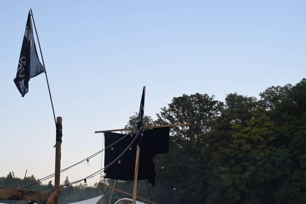 Ein Piratenschiff im Wald.