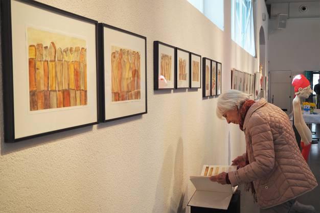 Die Lesung fand im Rahmen der Frühlingsausstellung statt, bei der die Werke von René Walker und die Skulpturen von Peter Bissig zu bewundern sind.