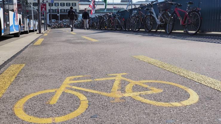 Veloparkplätze Veloparkierung Bahnhof Olten Bahnhofbrücke Fahrrad-Parkverbot bei Bahnhofbrücke Olten Widerrechtlich abgestellte Fahrzeuge Fahrrad Fahrräder Velo Velos