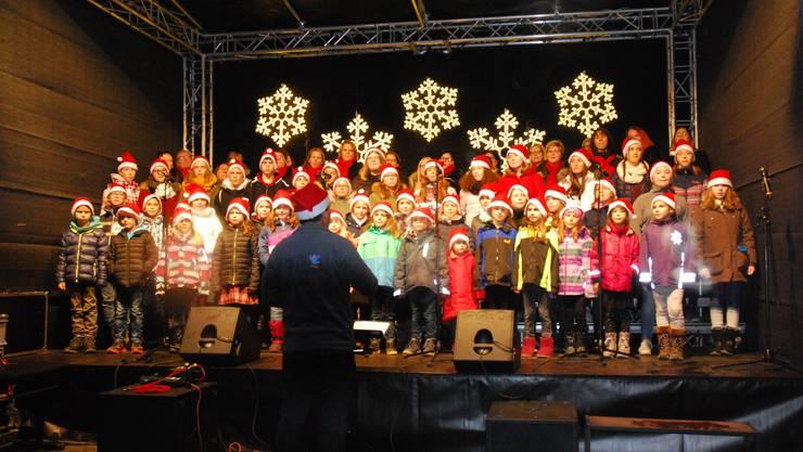 Ein Kinderchor lässt den Weihnachtsmarkt noch ein bisschen festlicher und vor allem herziger werden.