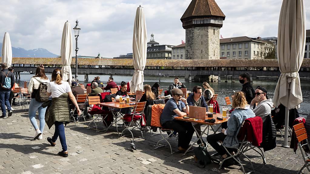 Die Restaurants füllen sich wieder: Die Gastrobranche im Kanton Luzern geht davon aus, wieder mehr Personal einzustellen. (Archivbild)