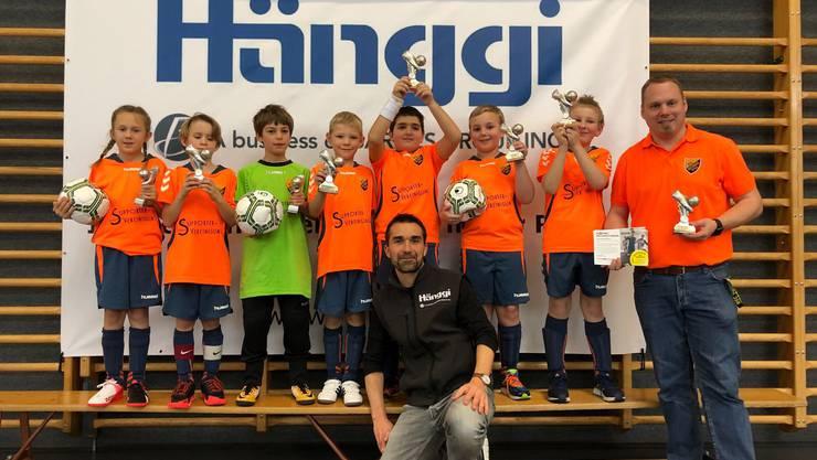Stellvertretend für alle Mannschaften hier ein Bild der Kategorie Junioren F mit den strahlenden Gesichtern der Kinder und des Trainers.