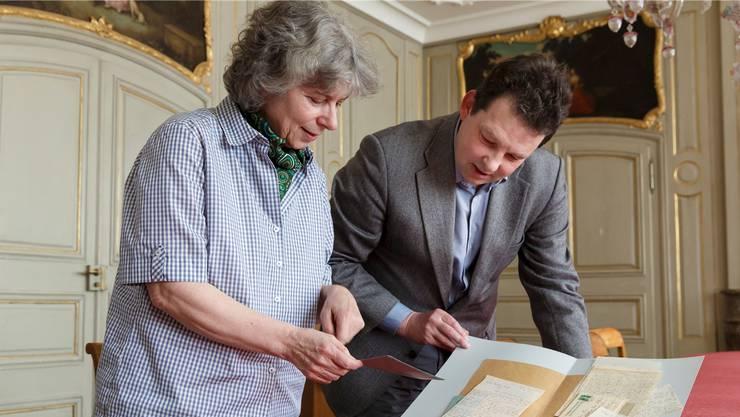 Stolz über den Fund: Verena Bider (Co-Direktorin der Zentralbibliothek) und Handschriftenbibliothekar Ian Holt.