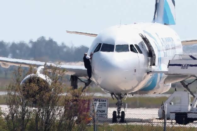 Der Pilot kann sich nach mehreren Stunden aus dem Cockpitfenster befreien
