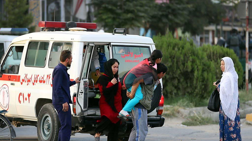 Die Zahl der Opfer ist nach dem Angriff vom Sonntag auf das Büro des afghanischen Vizepräsidentenkandidaten Amrullah Saleh in der Hauptstadt Kabul drastisch gestiegen.