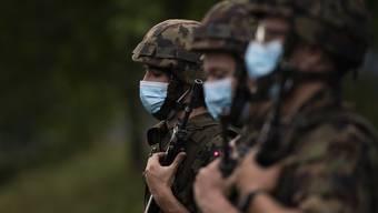 Soldaten mit Schutzmasken bei der Fahnenabgabe im Juni dieses Jahres.