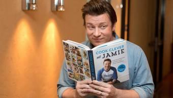 Auch der britische Starkoch Jamie Oliver ist vor seinen Gästen schon mal rot angelaufen: Zum Beispiel als sein Weihnachtsdessert explodiert ist. (Archivbild)