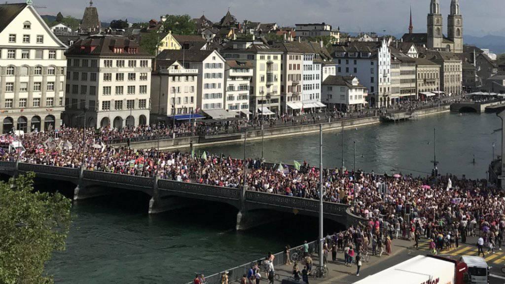 Zehntausende Teilnehmerinnen - und auch einige Männer - zogen durch die Zürcher Innenstadt.