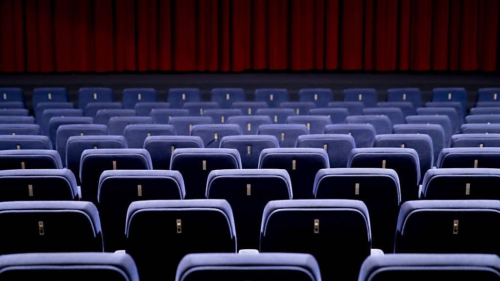 ARCHIV - Besucher sind in den Kinosälen weltweit derzeit eine Seltenheit. Zumindest in Los Angeles ändert sich das jetzt wieder. Foto: Christoph Soeder/dpa