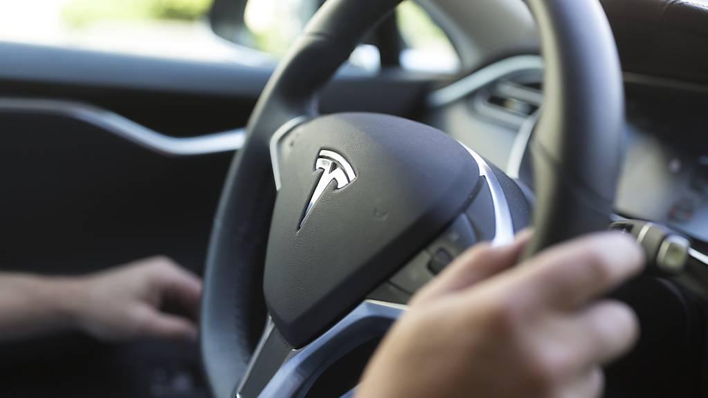 Bei einem Unfall mit einem autonom fahrenden Tesla sind in der Nähe von Houston in Texas zwei Männer ums Leben gekommen. (Symbolbild)