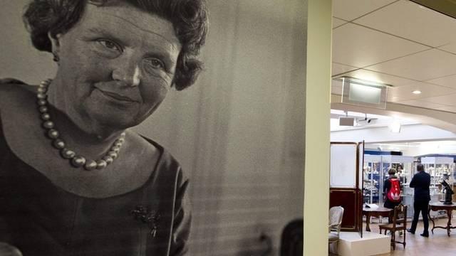 Bild von Königin Juliana in den Auktionsräumen in Amsterdam