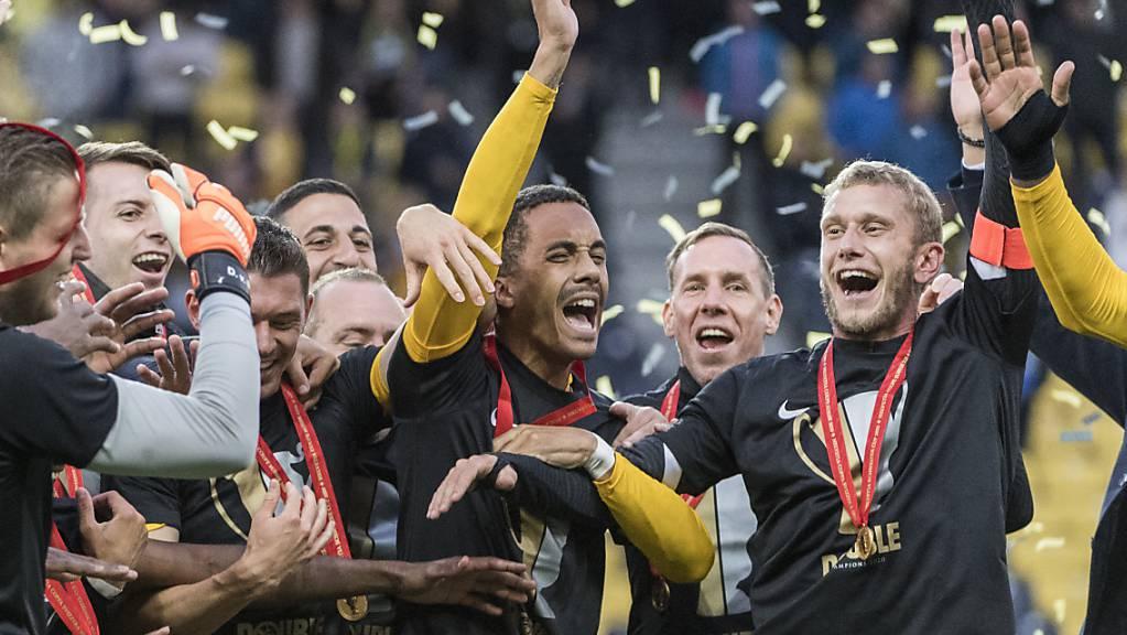 Die Young Boys feiern ihren Cup-Helden Marvin Spielmann (Mitte).