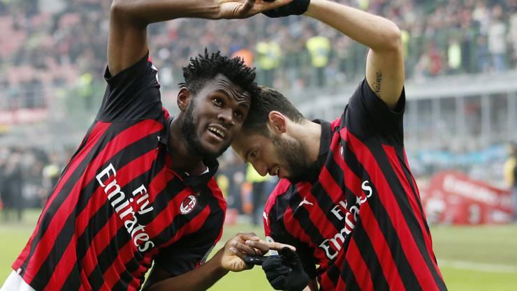 Franck Kessie und Hakan Calhanoglu feiern den Sieg der AC Milan gegen Parma