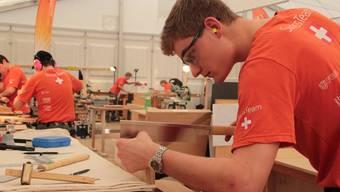 Samuel Friess aus Unterentfelden sägt an einem Holzstück für den Vasenständer, der ihn an die Berufs-Weltmeisterschaften in São Paulo bringen soll.