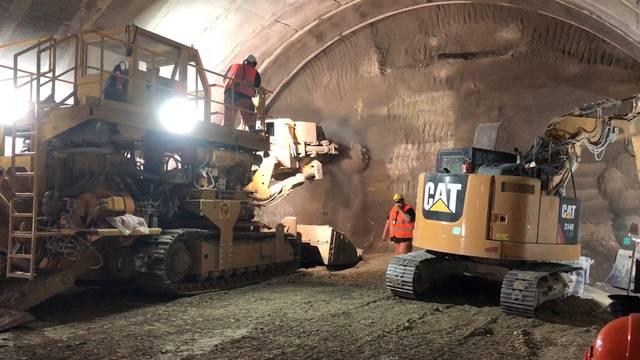 340 Meter in der neuen Gubriströhre: So frisst sich die Teilschnittmaschine durchs Gestein