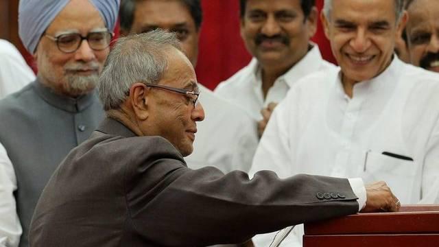 Mukherjee (vorne links) gibt seine Stimme ab