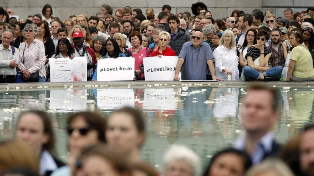 Auf dem Trafalgar Square in London gedachten am Mittwoch Tausende der ermordeten Labour-Parlamentarierin Jo Cox.