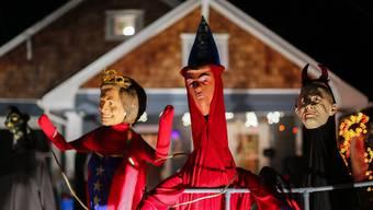 Halloween-Figuren in Georgia: US-Präsident Donald Trump, umrahmt von Hillary Clinton und Vladimir Putin.