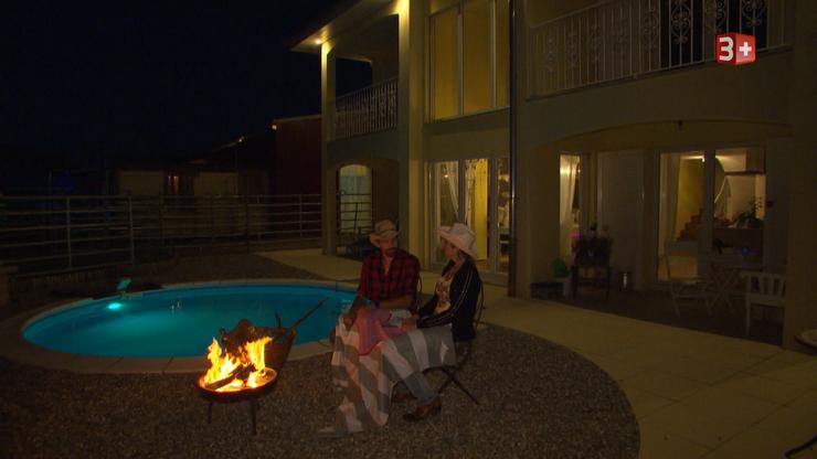 Isabel und Roger am Feuer. Jetzt bleibt mehr Zeit für Zweisamkeit und Gespräche.