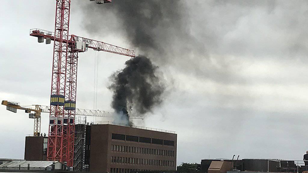 Auf dem Dach eines Gebäudes der Basler Versicherungen in Basel hat es am Mittwoch gebrannt.