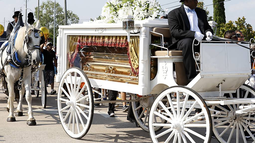 Die letzten Meter bis zum Grab legte der Sarg mit dem Afroamerikaner George Floyd in einer Pferdekutsche zurück.