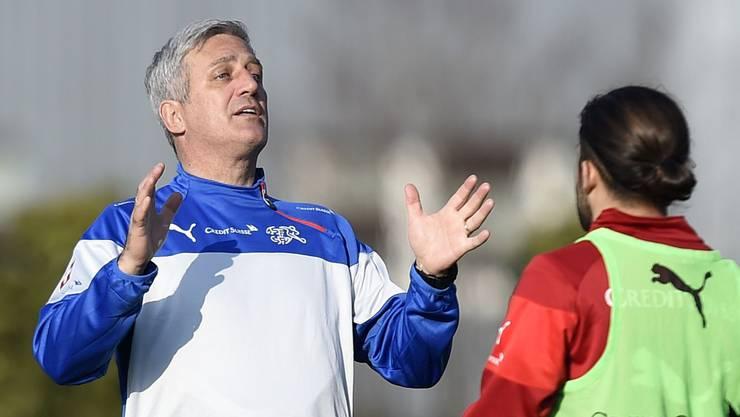 Nati-Trainer Petkovic erklärt Rodriguez (rechts) die Erfolgsformel.