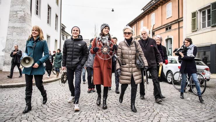 Filmfreunde machen sich nach dem Podium «No Billag – No Film» auf den Weg zur Kreuzackerbrücke