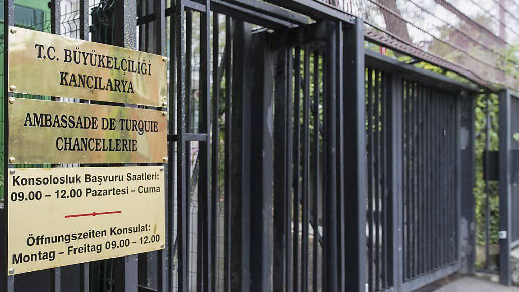 Noch ist unklar, ob der türkische Aussenminister Mevlüt Cavusoglu am Sonntag in die Schweiz kommt. Im Bild die türkische Botschaft in Bern. (Archivbild)