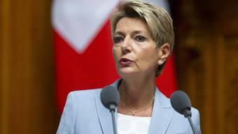 Karin Keller-Sutter reist als erste Bundesrätin wieder ins Ausland.
