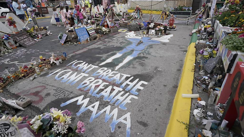 Blick auf die Stelle, wo George Floyd  von dem damaligen Minneapolis Polizisten Derek Chauvin getötet wurde. Foto: Julio Cortez/AP/dpa