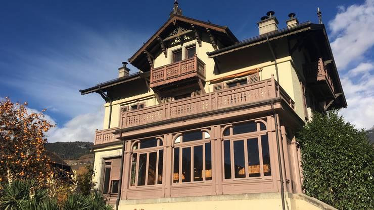 Schloss Mercier stellt während ein bis drei Monaten ein Zimmer und ein Atelier oder Büro in der Villa Ruffieux zur Verfügung.
