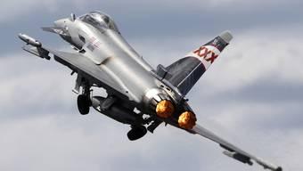 Aufnahme eines Eurofighter während einer internationalen Flugshow im britischen Farnborough. Das Kampfflugzeug ist wegen seiner geringen Grösse besonders wendig und manövrierfähig. (Archiv)