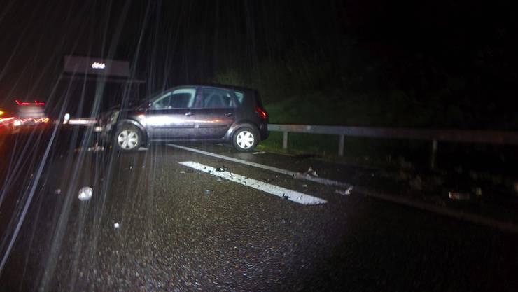 Der Unfall ereignete sich am frühen Morgen auf der A1 Richtung Bern. Der Fahrer prallte heftig in die Randleitplanke.